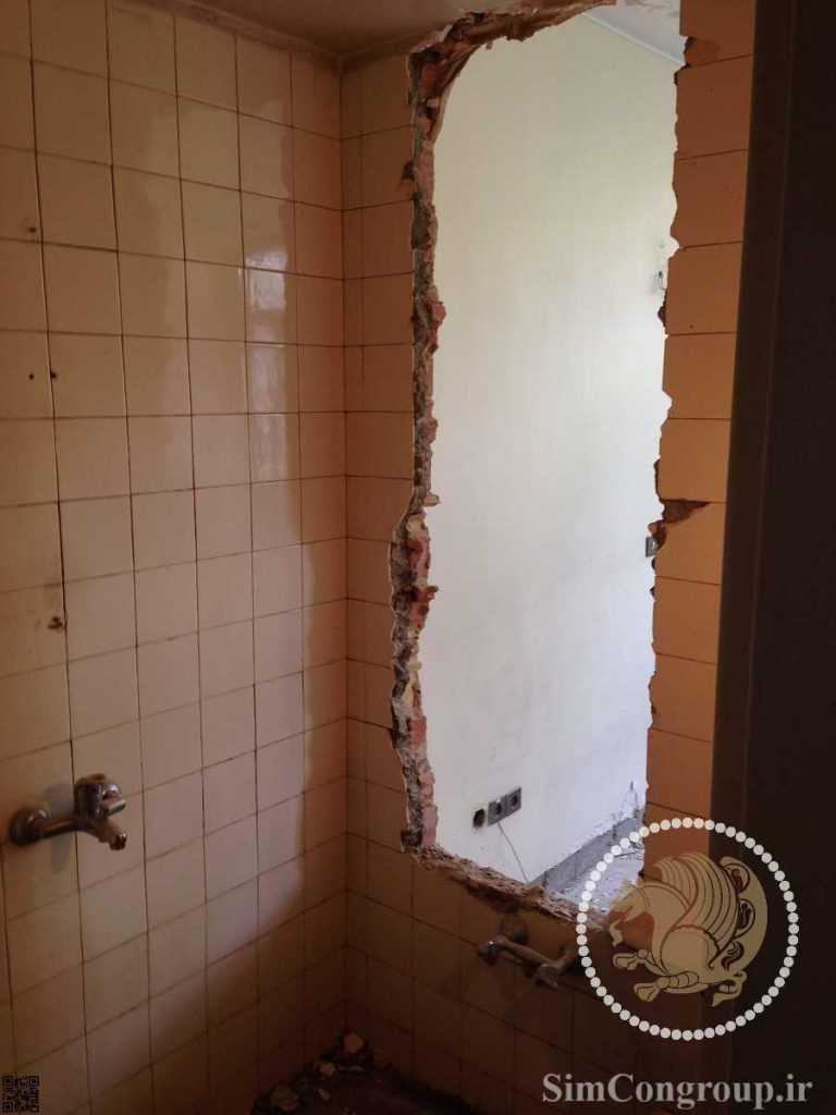 تخریب دیوار دستشویی برای ساخت در