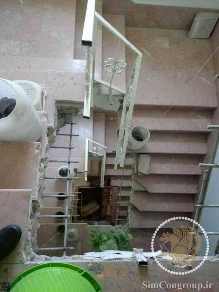 تخریب راه پله برای ساخت آسانسور داخلی