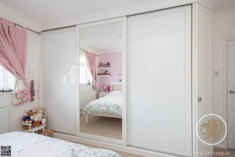 در آیینه ای کمد دیواری اتاق خواب